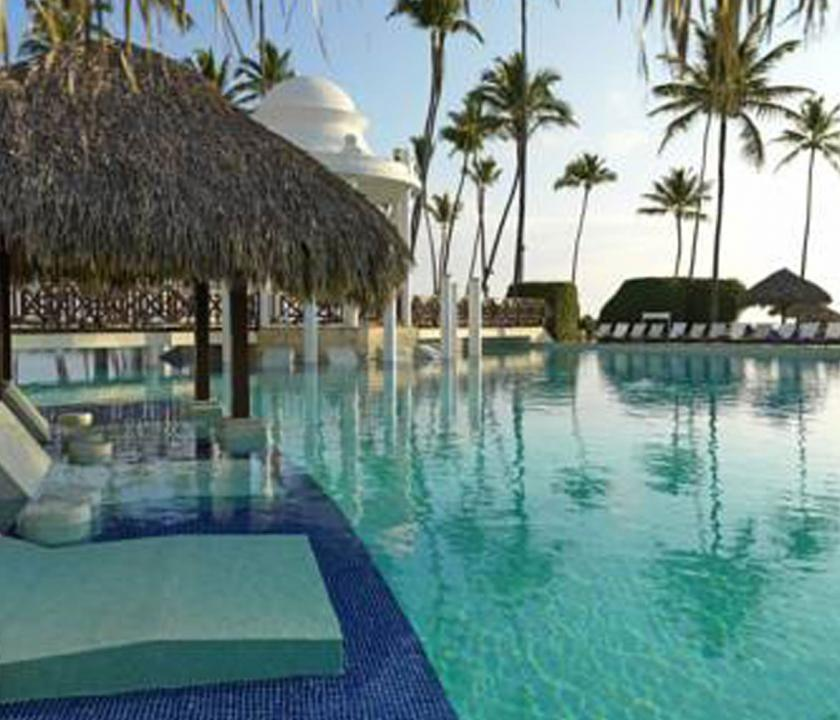 Paradisus Palma Real Golf & Spa Resort - pihenés a medence parton (Dominikai utazások)