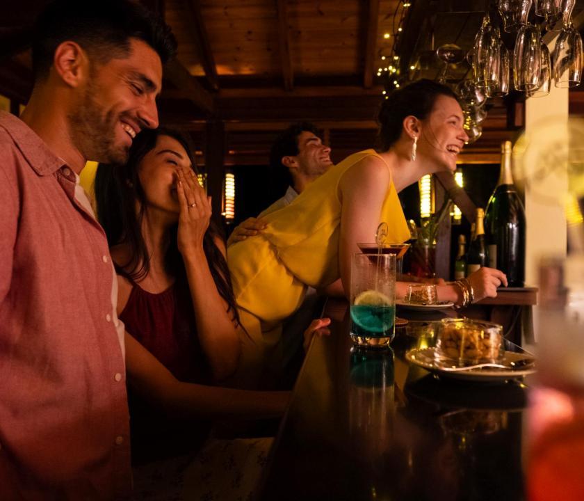 JA Enchanted Island Resort - bár (Seychelle szigeteki utazások)