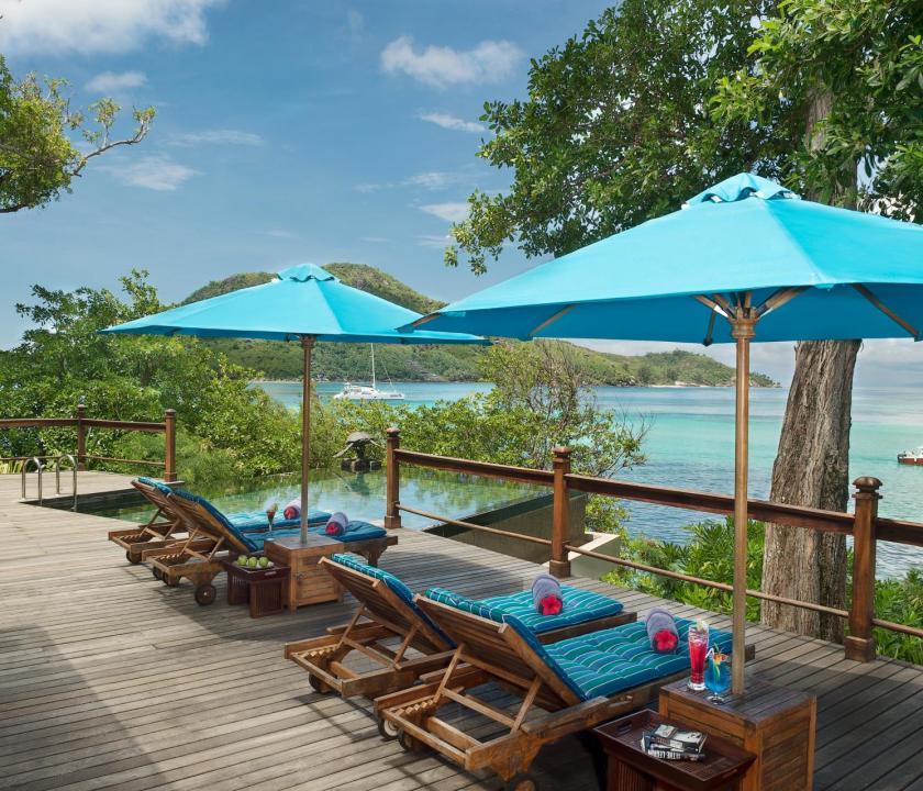 JA Enchanted Island Resort - napozóterasz (Seychelle szigeteki utazások)