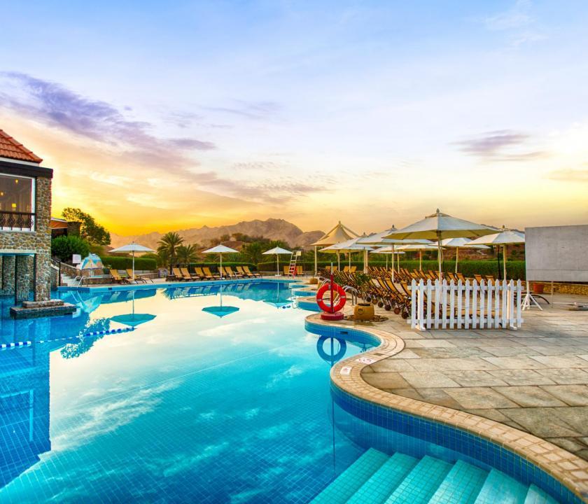 JA Hatta Fort Hotel - medence (Dubai utazások)