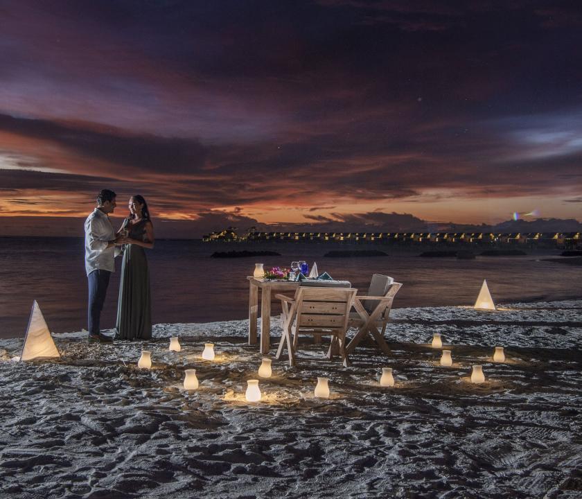 Emerald Maldives Resort & Spa - romantikus vacsora a parton (Maldív-szigeteki utazások)