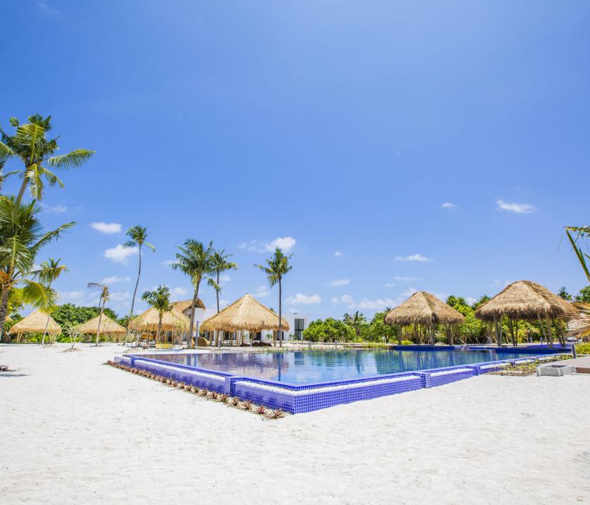 Emerald Maldives Resort & Spa - medence (Maldív-szigeteki utazások)