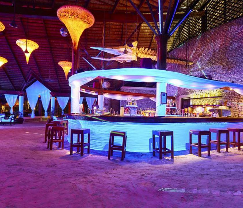 Kuredu Island Resort & Spa - bejárat este (Maldív-szigeteki utazások)