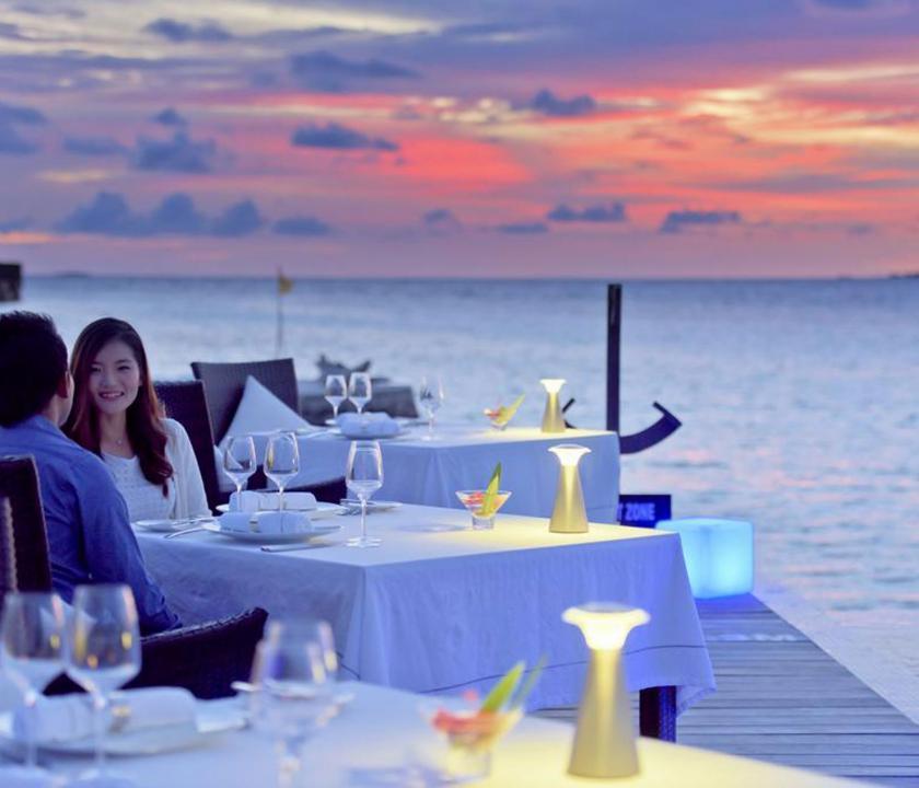 Lily Beach Resort & Spa - étterem a teraszon (Maldív-szigeteki utazások)