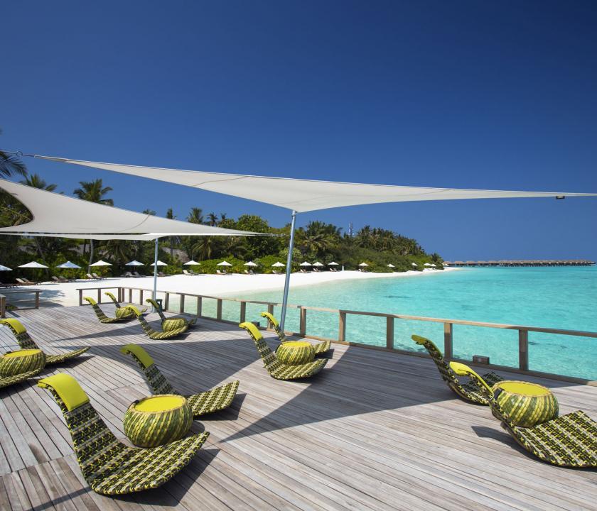 Velassaru Maldives - pihenés a teraszon (Maldív-szigeteki utazások)