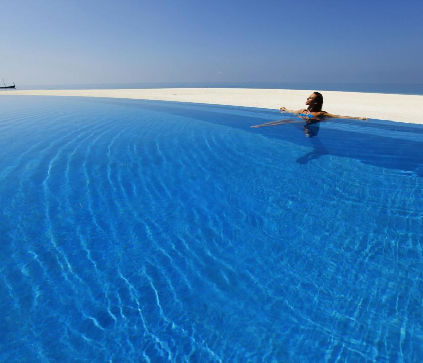 Velassaru Maldives - medence (Maldív-szigeteki utazások)