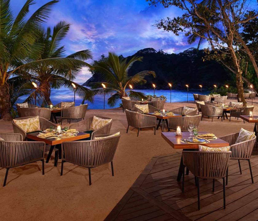 Avani Seychelles Barbarons Resort & Spa - étterem a teraszon (Seychelle szigeteki utazások)