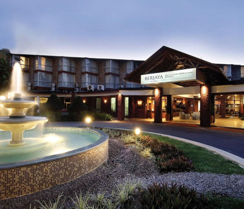 Berjaya Beau Vallon Bay Resort & Casino - bejárat este (Seychelle szigeteki utazások)