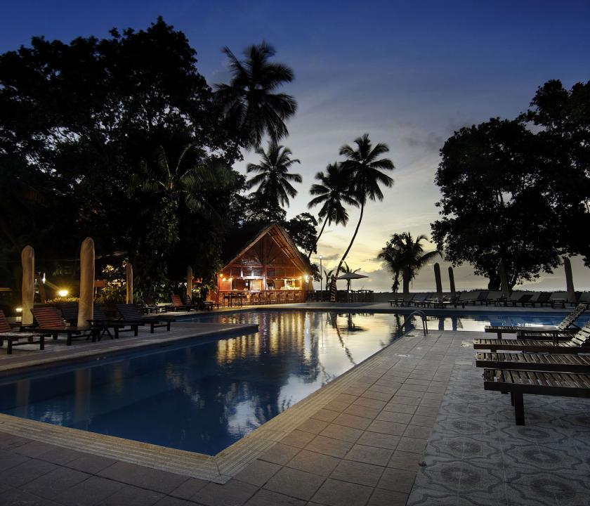 Berjaya Beau Vallon Bay Resort & Casino - medence este (Seychelle szigeteki utazások)