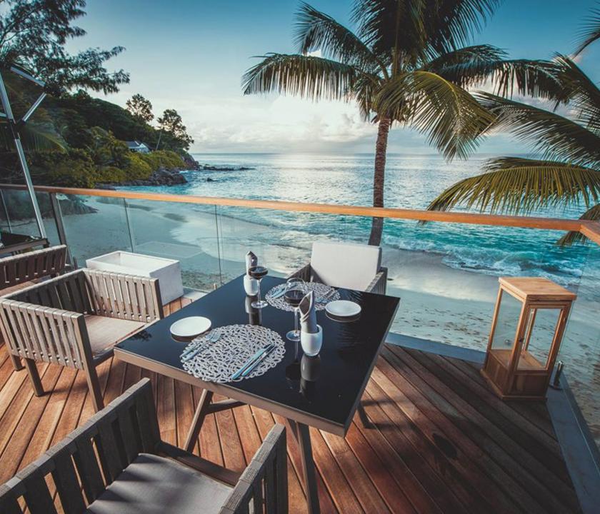 Carana Beach Hotel - étterem a teraszon (Seychelle szigeteki utazások)