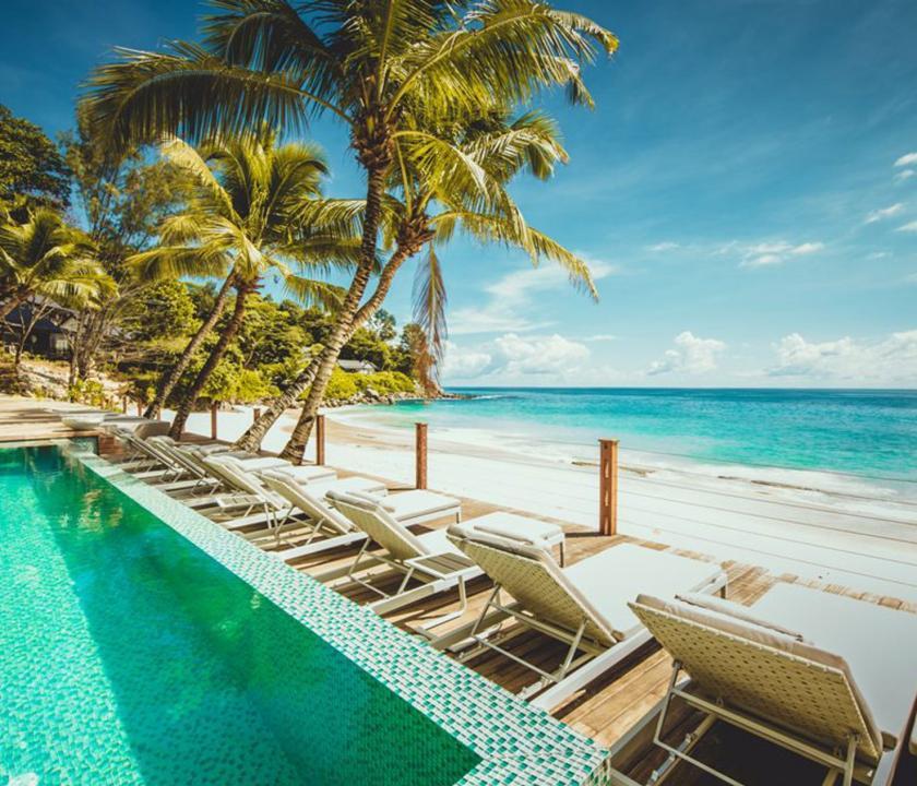 Carana Beach Hotel - medence és napozó (Seychelle szigeteki utazások)