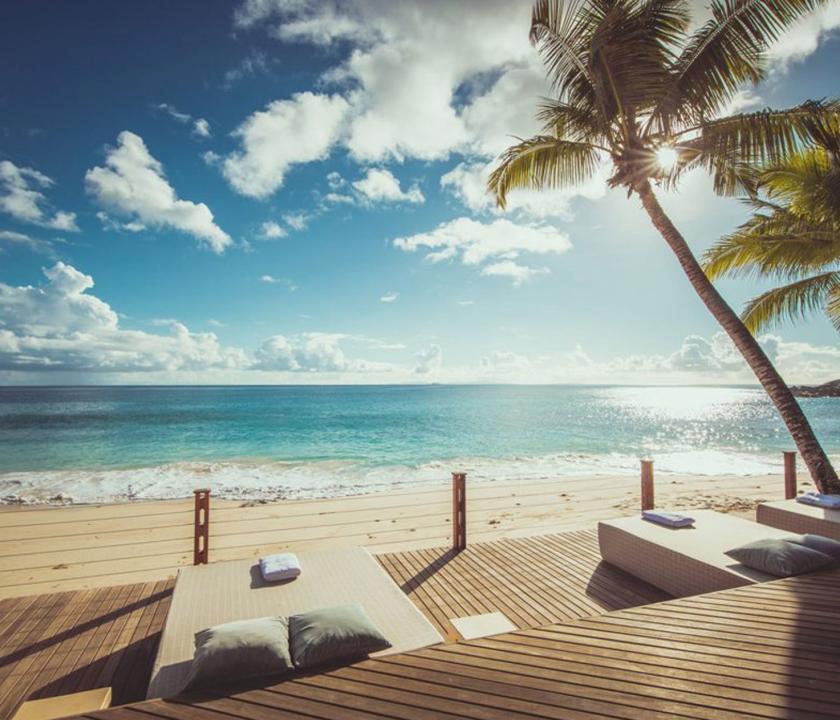 Carana Beach Hotel - napozóterasz (Seychelle szigeteki utazások)