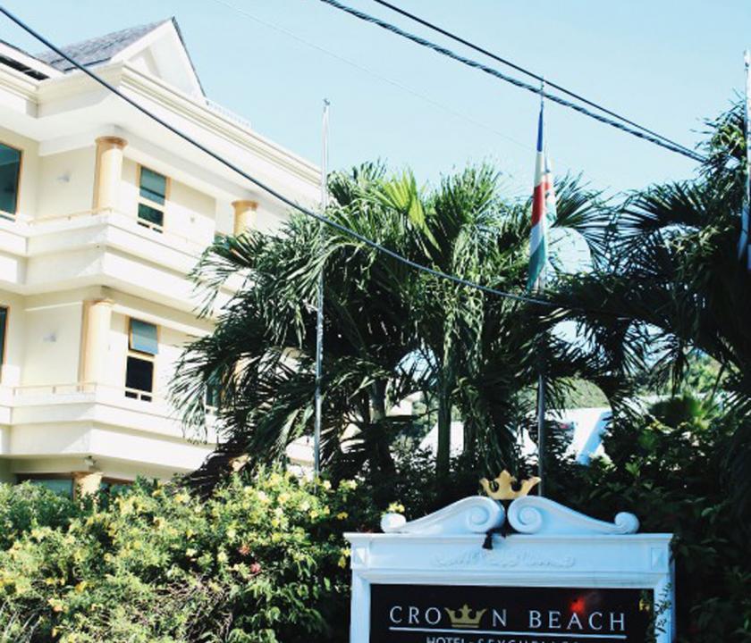 Crown Beach - a hotel bejárata (Seychelle szigeteki utazások)