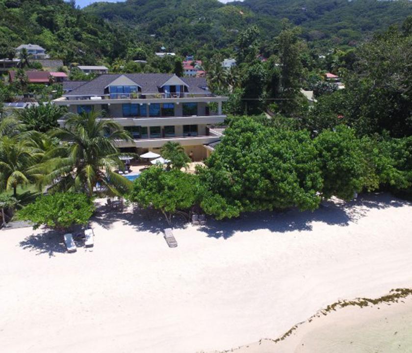 Crown Beach - hotel és part felülről (Seychelle szigeteki utazások)