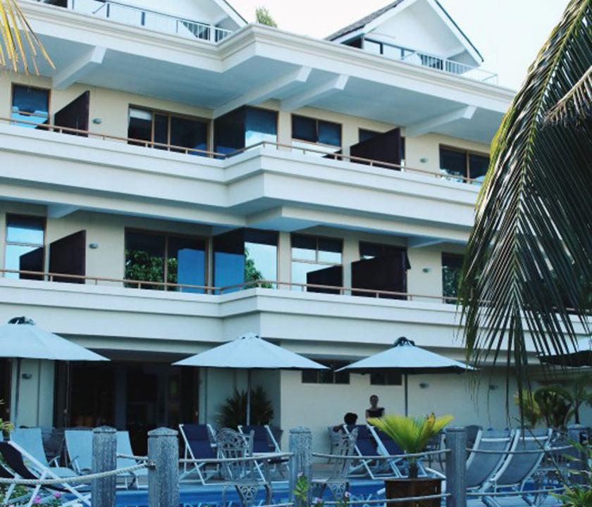 Crown Beach - hotel kivülről (Seychelle szigeteki utazások)