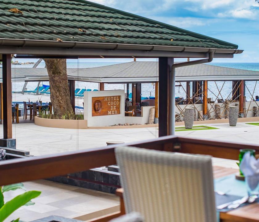Coco de Mer Hotel & Black Parrot Suites - étterem a teraszon (Seychelle szigeteki utazások)