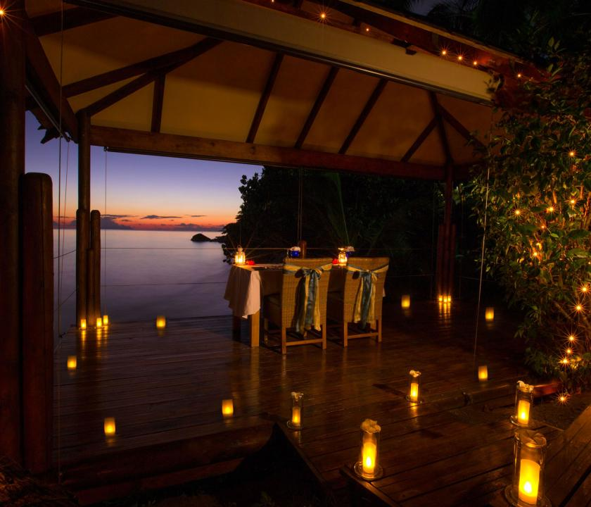 Coco de Mer Hotel & Black Parrot Suites - étterem a teraszon este (Seychelle szigeteki utazások)