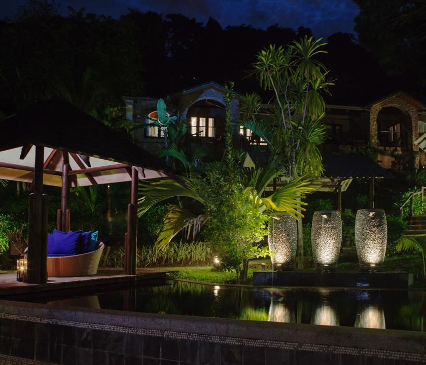 Coco de Mer Hotel & Black Parrot Suites - kert este (Seychelle szigeteki utazások)