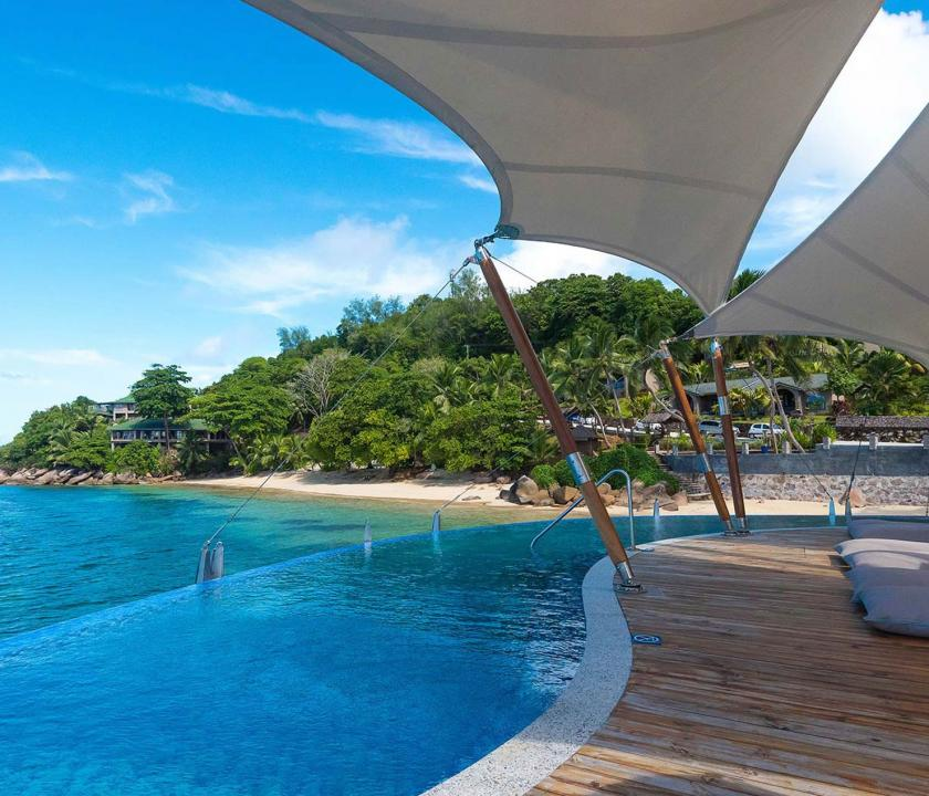 Coco de Mer Hotel & Black Parrot Suites - napozóterasz a vizen (Seychelle szigeteki utazások)