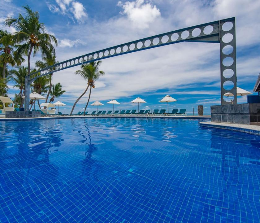 Coco de Mer Hotel & Black Parrot Suites - medence nappal (Seychelle szigeteki utazások)