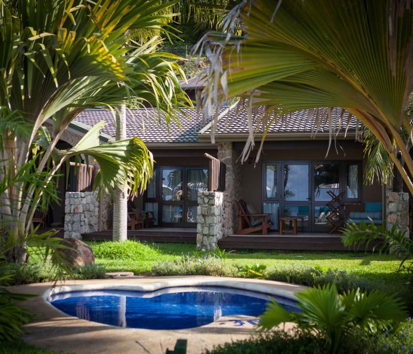 Coco de Mer Hotel & Black Parrot Suites - tó a kertben (Seychelle szigeteki utazások)