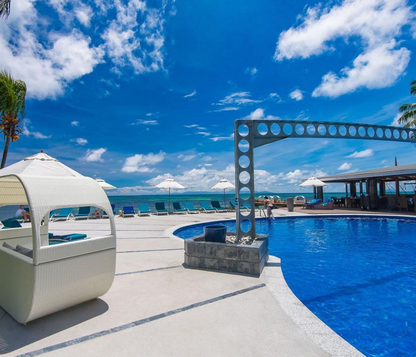 Coco de Mer Hotel & Black Parrot Suites - medence és napozó (Seychelle szigeteki utazások)