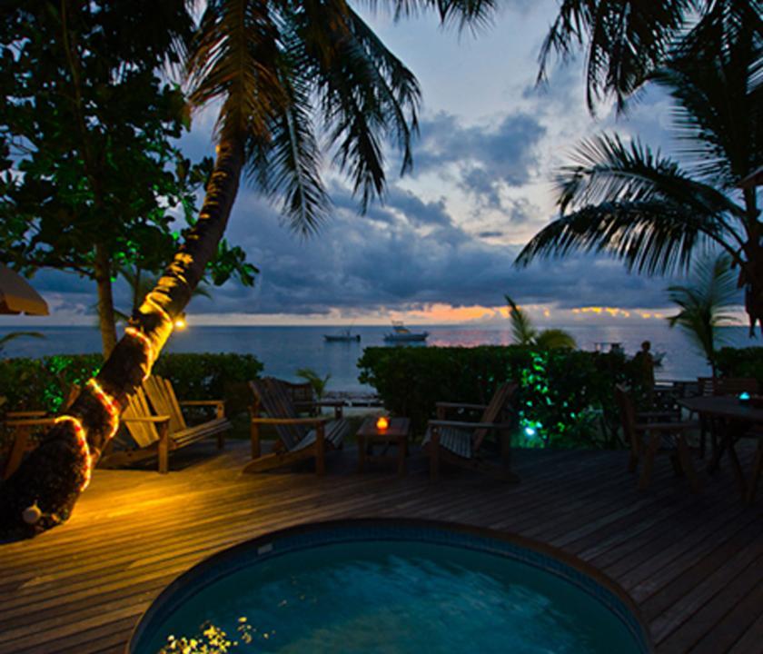Indian Ocean Lodge - medence este (Seychelle szigeteki utazások)