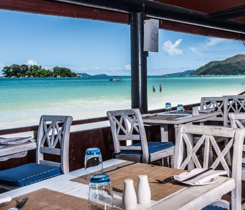 Paradise Sun Hotel - az étterem terasza a parton (Seychelle szigeteki utazások)