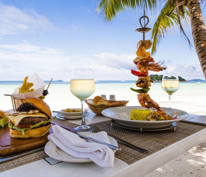 Paradise Sun Hotel - ebéd a parton (Seychelle szigeteki utazások)
