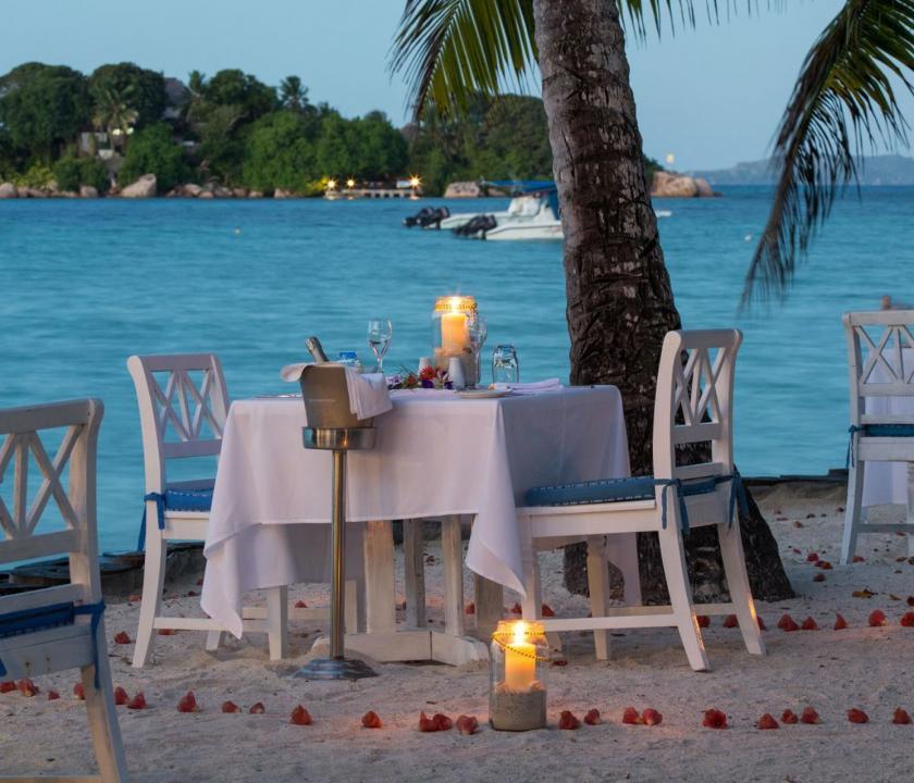 Paradise Sun Hotel - romantikus vacsora a parton (Seychelle szigeteki utazások)