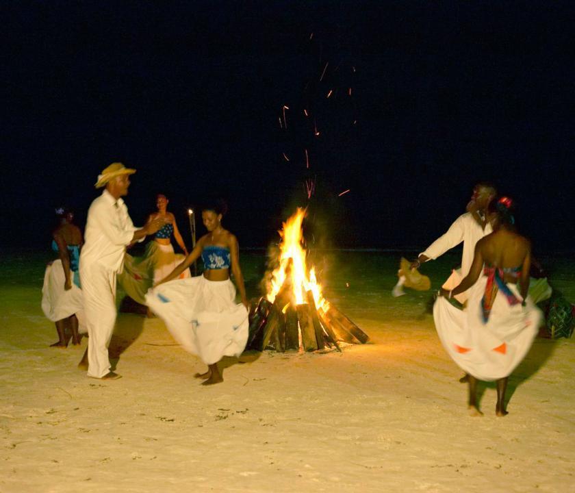 Paradise Sun Hotel - programok este (Seychelle szigeteki utazások)