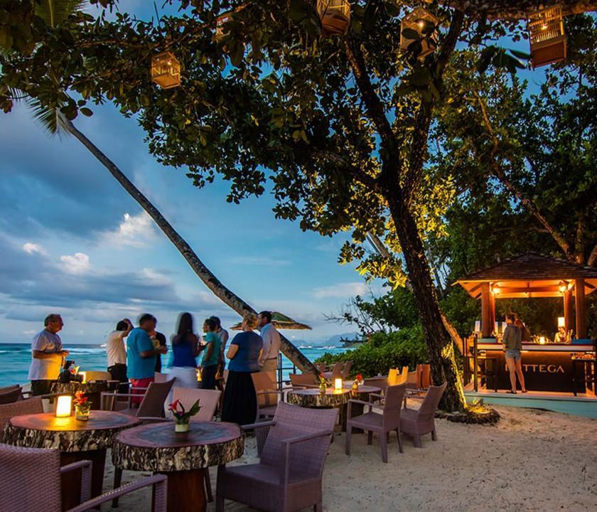 Hilton Seychelles Labriz Resort & Spa - bár a parton (Seychelle szigeteki utazások)
