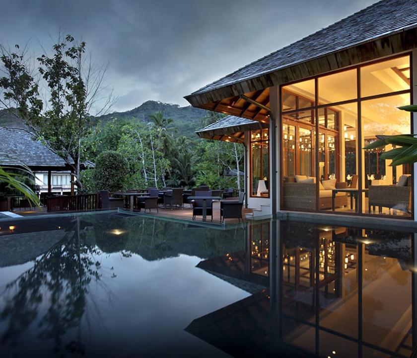 Hilton Seychelles Labriz Resort & Spa - az étterem terasza (Seychelle szigeteki utazások)