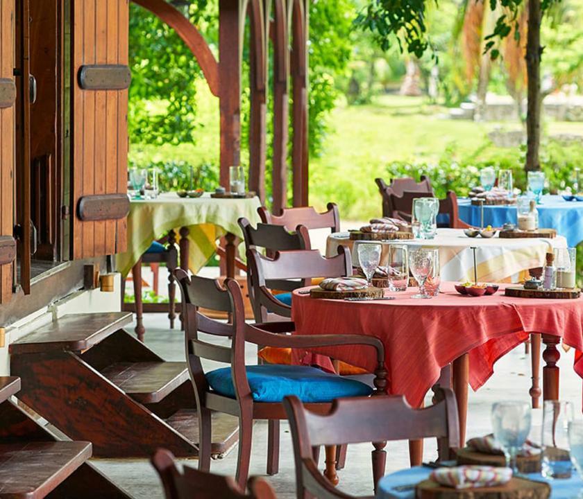 Hilton Seychelles Labriz Resort & Spa - étterem a teraszon (Seychelle szigeteki utazások)
