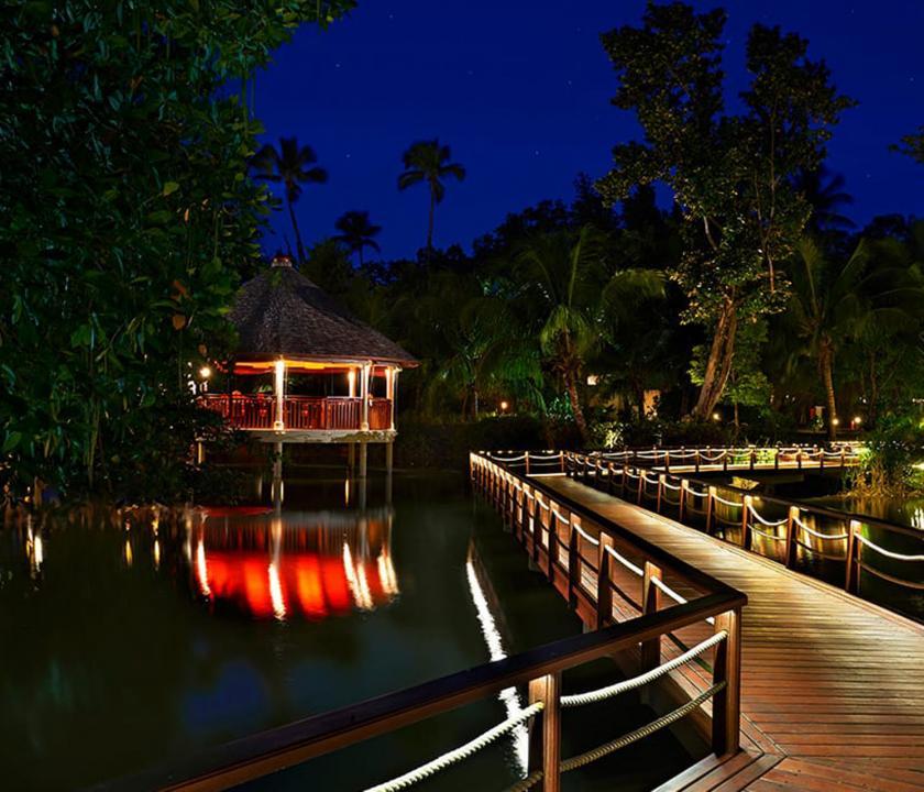 Hilton Seychelles Labriz Resort & Spa - esti séta a kertben (Seychelle szigeteki utazások)