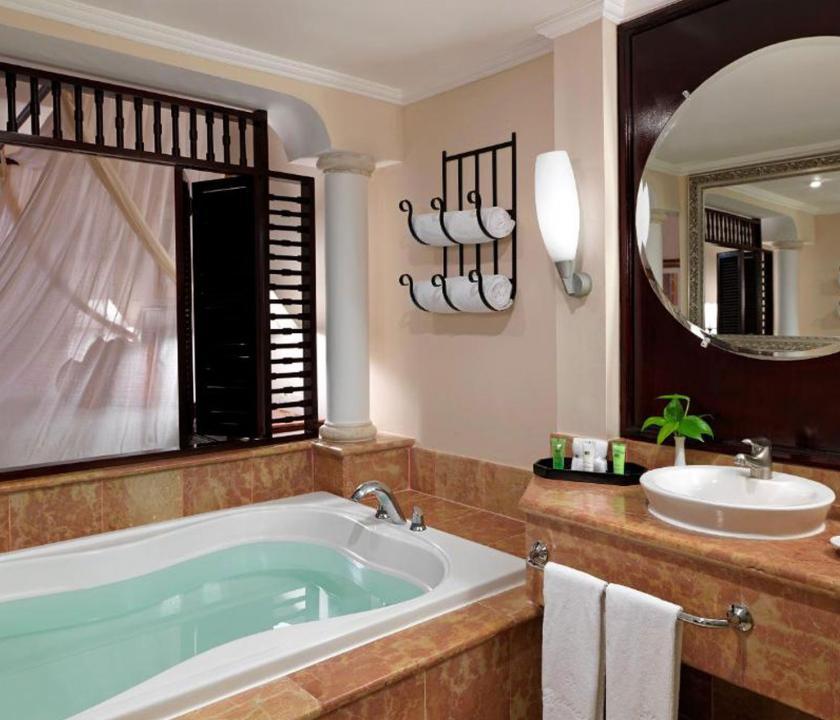 Paradisus Palma Real Golf & Spa Resort / Royal Service Garden View with Whirlpool Suite (KIR) - fürdőszoba (Dominikai utazások)