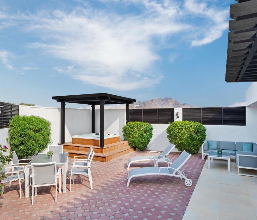JA Hatta Fort Hotel / Three Bedroom Deluxe villa - terasz (Dubai utazások)