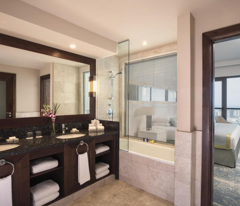 JA Ocean View Hotel / Family one bedroom suite - fürdőszoba (Dubai utazások)
