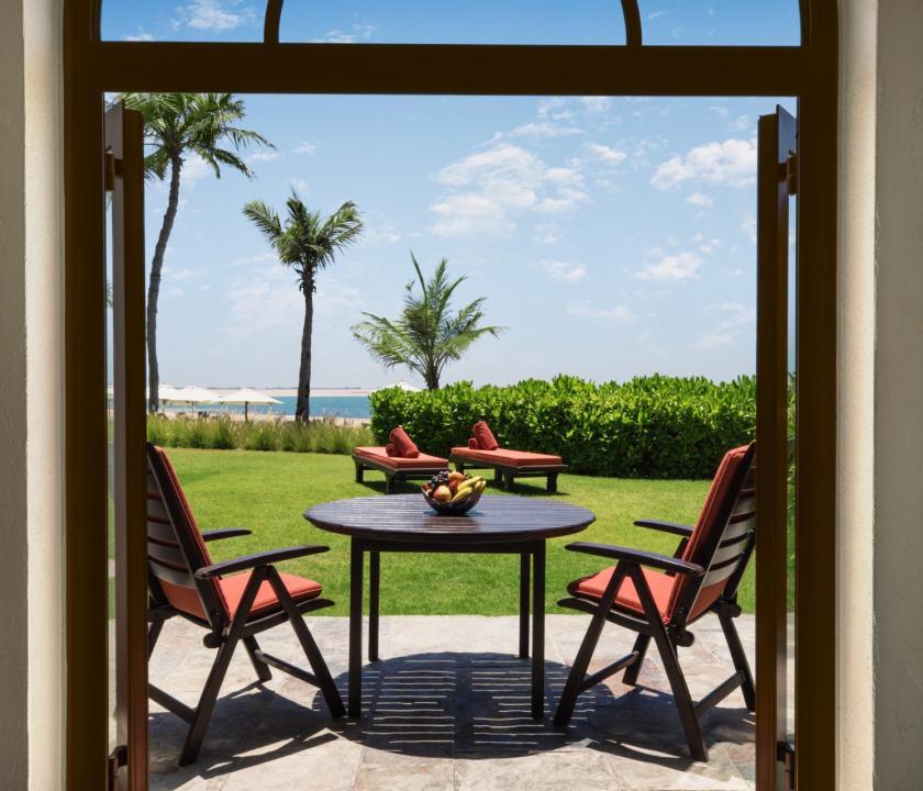 JA Palm Tree Court Hotel / Beachfront terrace junior suite - terasz (Dubai utazások)