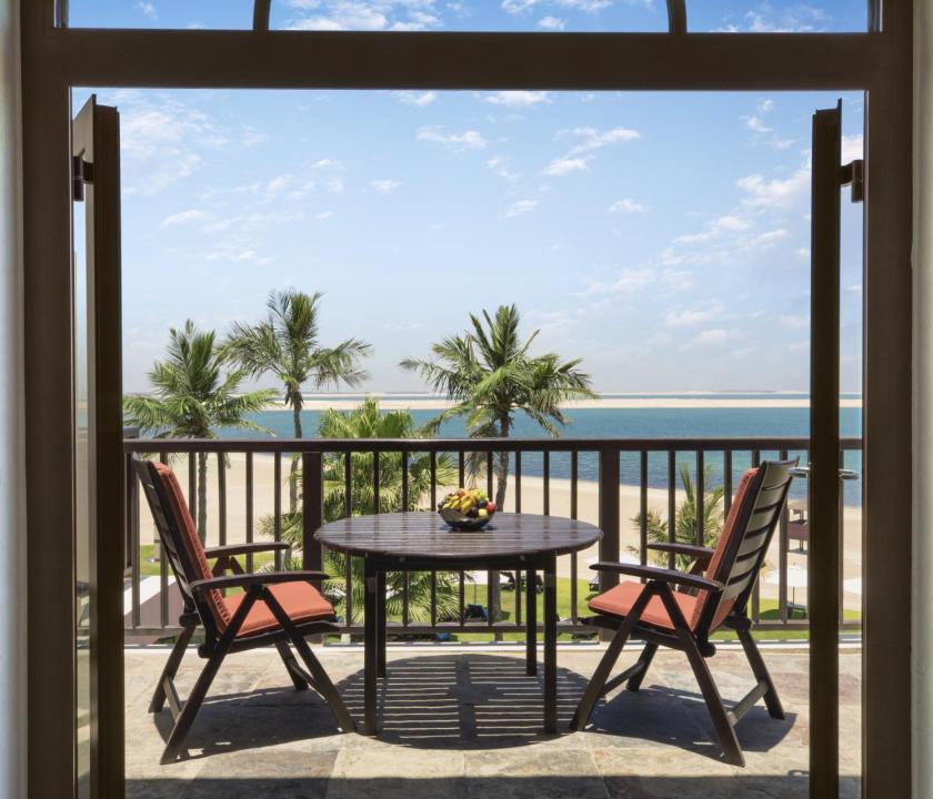 JA Palm Tree Court Hotel / Seaview junior suite - terasz (Dubai utazások)