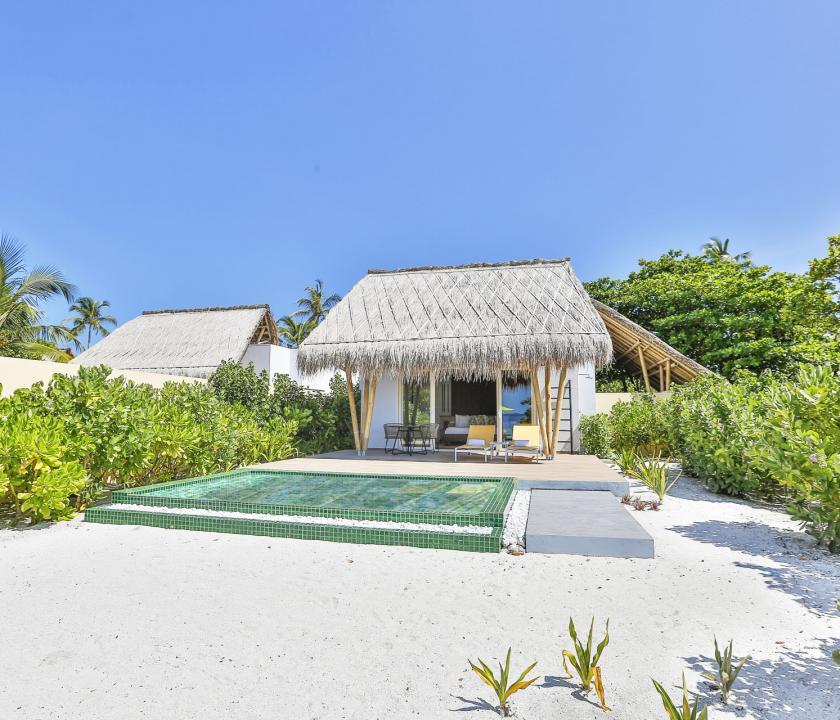Emerald Maldives Resort & Spa / Beach Villa with Pool - a villa kívülről (Maldív-szigeteki utazások)