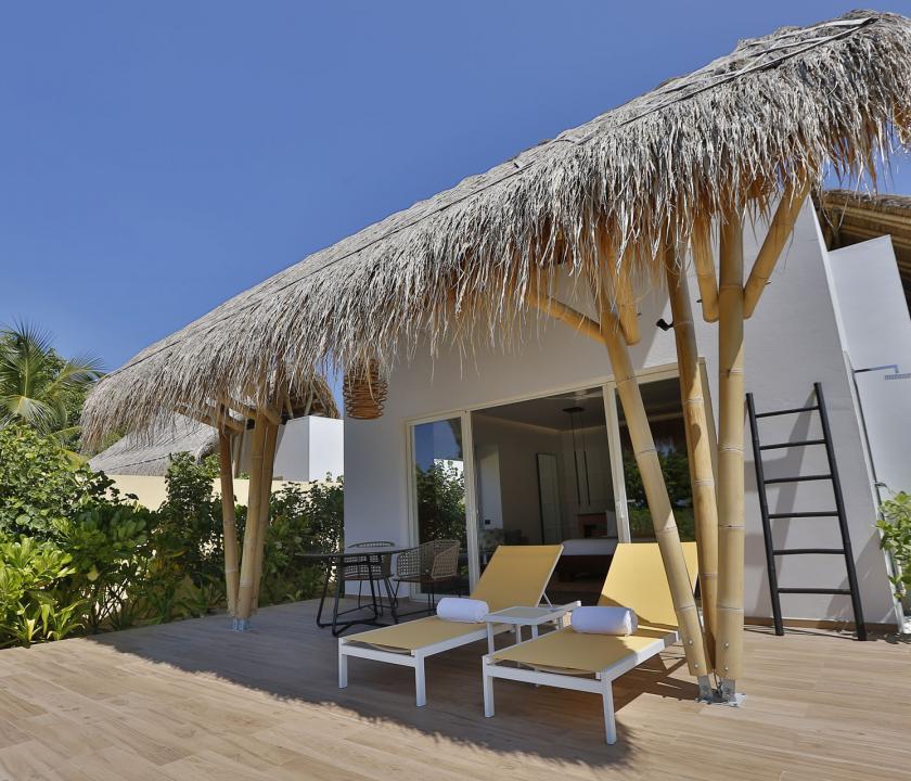 Emerald Maldives Resort & Spa / Beach Villa - a villa kívülről (Maldív-szigeteki utazások)