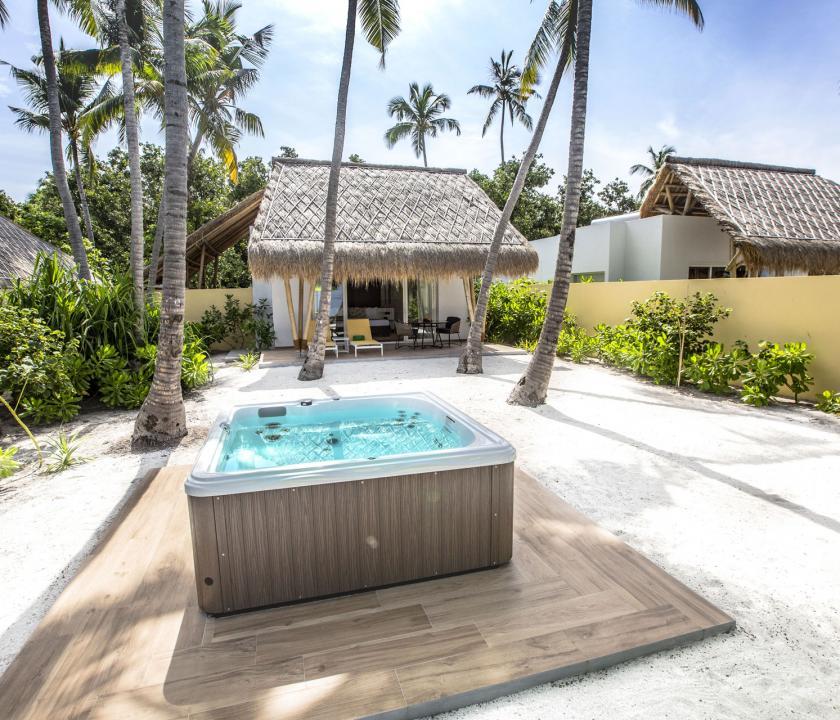 Emerald Maldives Resort & Spa / Jacuzzi Beach Villa - a villa kívülről (Maldív-szigeteki utazások)
