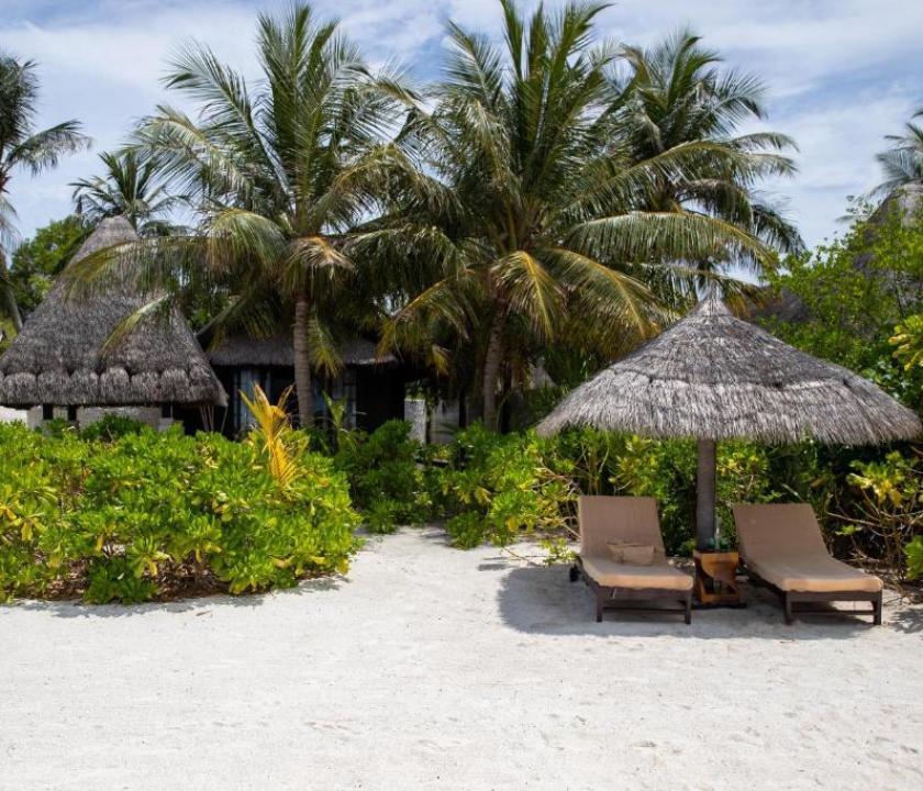 Jumeirah Vittaveli / Beach Villa Pool Sunset (Maldív-szigeteki utazások)
