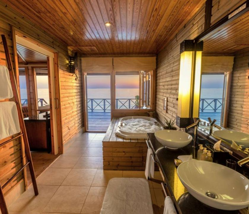 Komandoo Island Resort & Spa / Jacuzzi Water Villa (Maldív-szigeteki utazások)