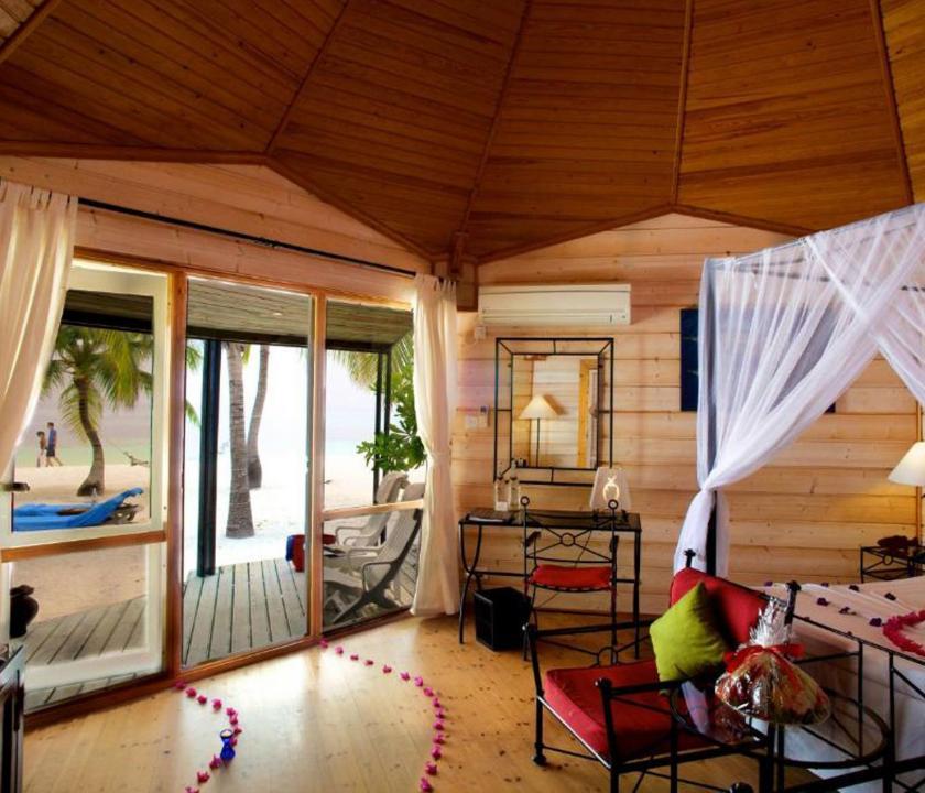 Kuredu Island Resort & Spa / Jakuzzi Beach Villa - hálószoba (Maldív-szigeteki utazások)