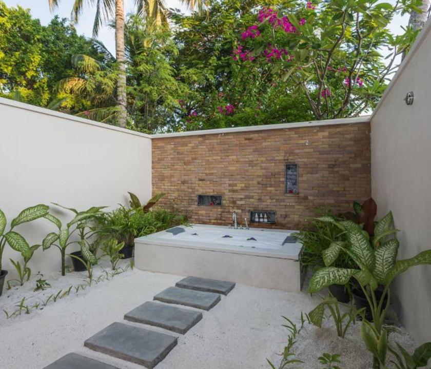 Lily Beach Resort & Spa / Beach Family Villa - külső fürdőszoba (Maldív-szigeteki utazások)