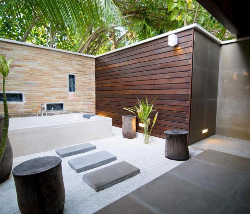 Lily Beach Resort & Spa / Lagoon Villa - külső fürdőszoba (Maldív-szigeteki utazások)