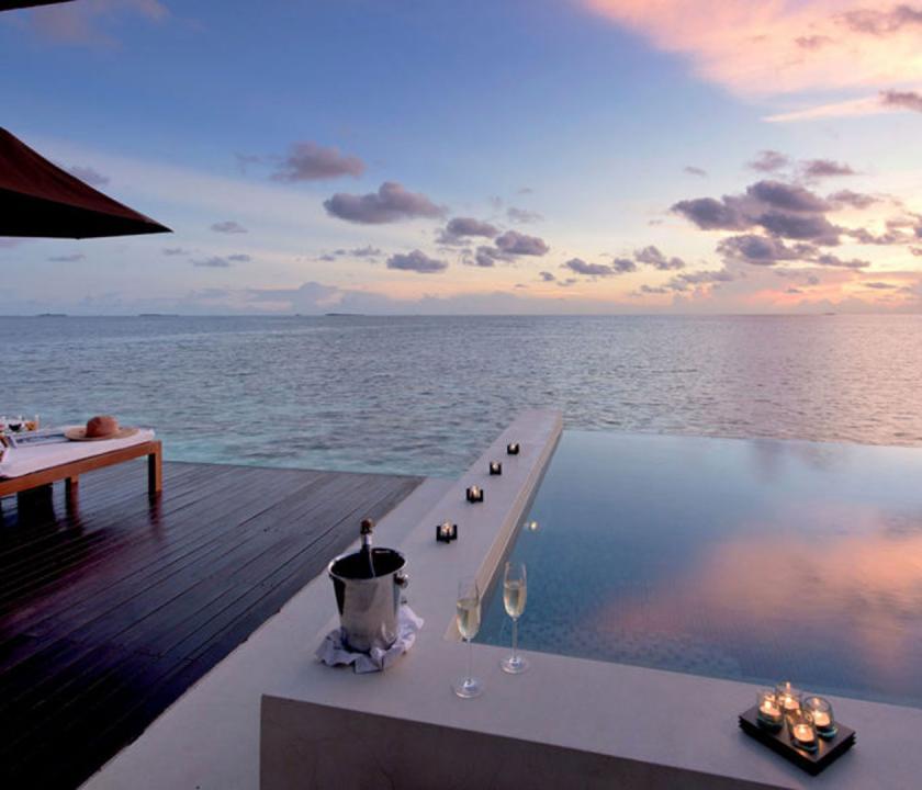 Lily Beach Resort & Spa / Sunset Water Suite - naplemente a teraszról (Maldív-szigeteki utazások)
