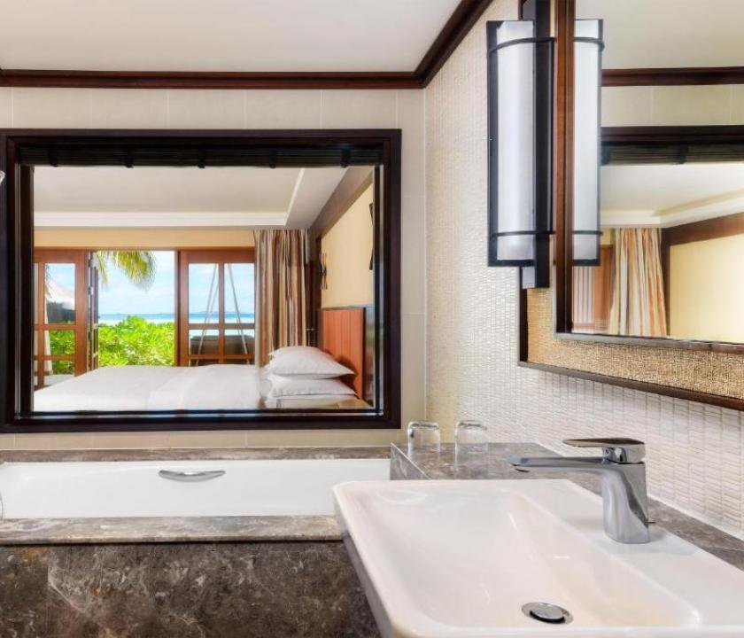Sheraton Maldives Full Moon Resort & Spa / Beachfront Deluxe (Maldív-szigeteki utazások)